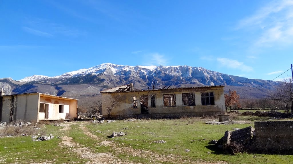 selo Mirkovići, u pozadini impozantna JZ stijena Dinare