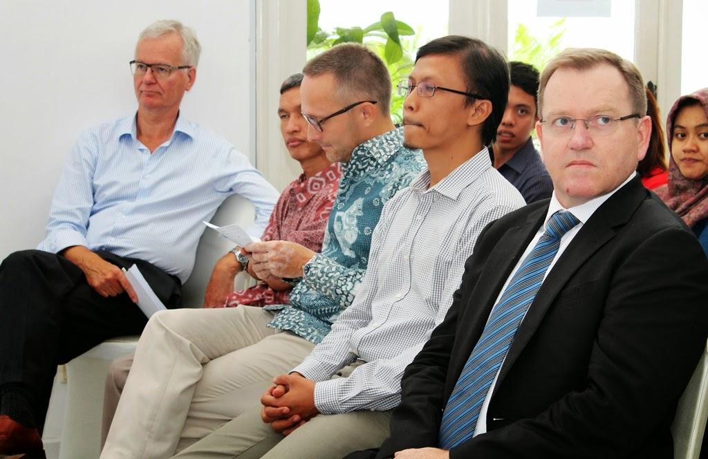 Mr. Simon M (Australian Ambassador to ASEAN), Mr. Daniel Z (Member BAWASLU), Mr. Perter E (Country Director IFES), Mr. Gufron S (Chairman PPDI), Mr. Arend F (LFPPDI)