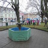 Na náměstí v Týništi - střelba na cíl. Ve hře je další symbol Vánoc: hvězdičky a komety