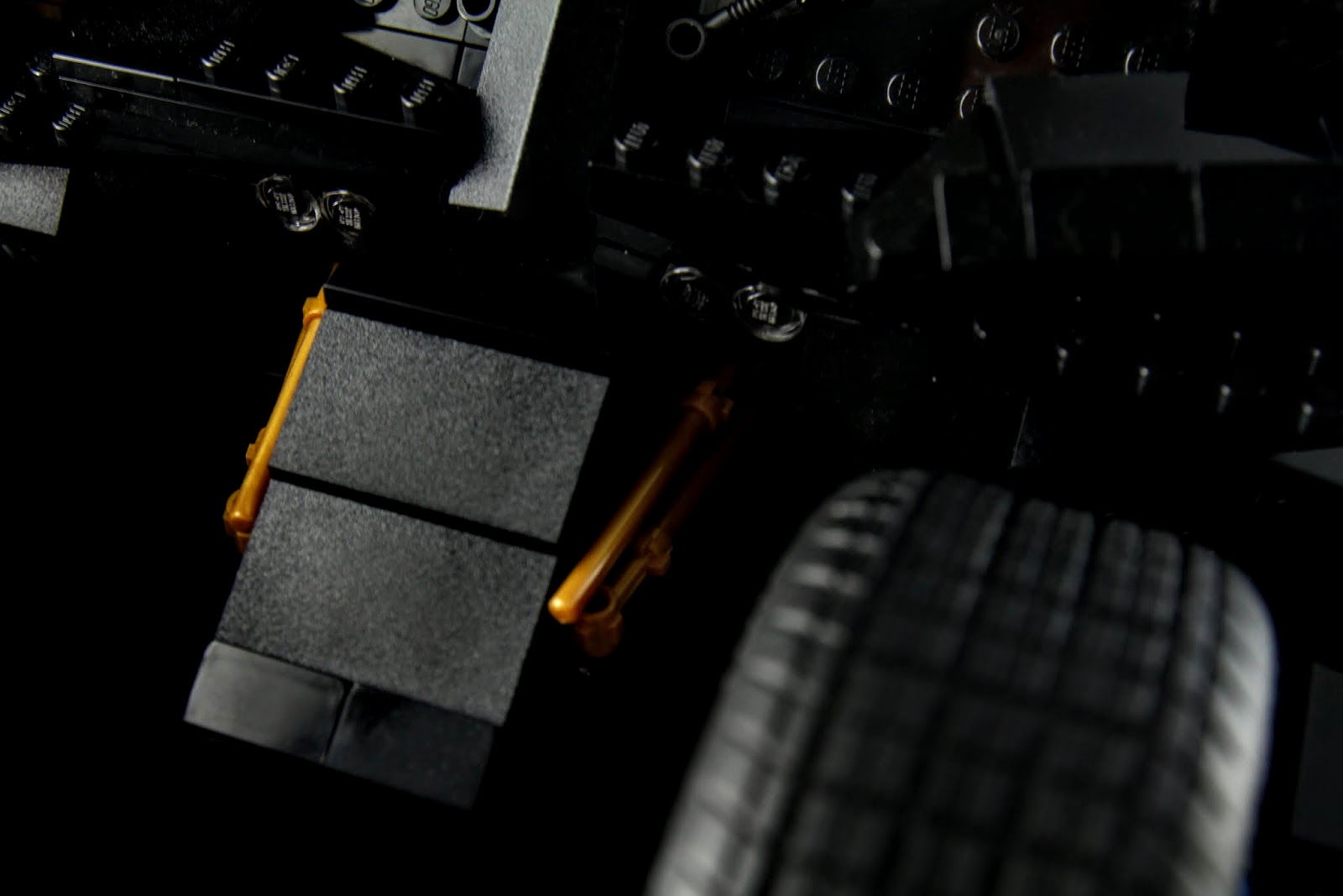 車頭的避震器~會不會有神人改造讓前輪真的能拆出一台BatPad啊?