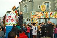 Inauguration 18 Le ppoussin distribue farine, lait, oeufs, sucre... 1994 Cossé