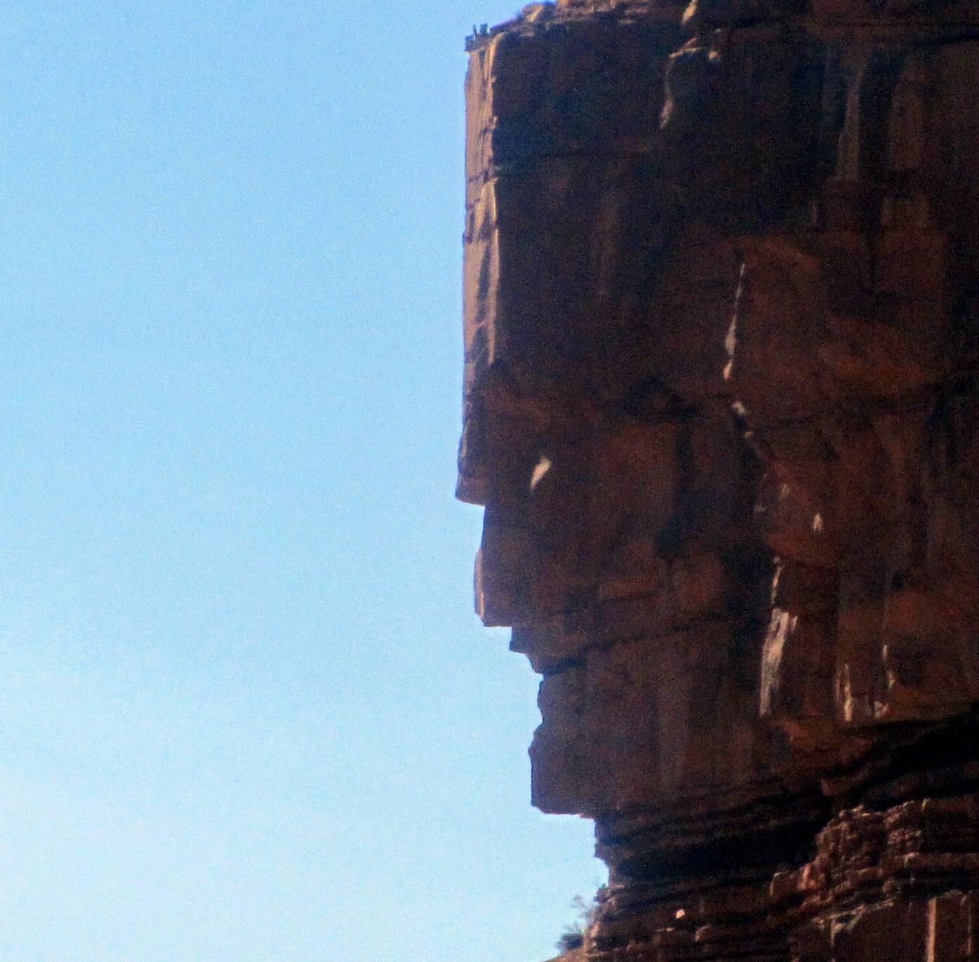 Hatalmas arc a sziklán  A big rock face