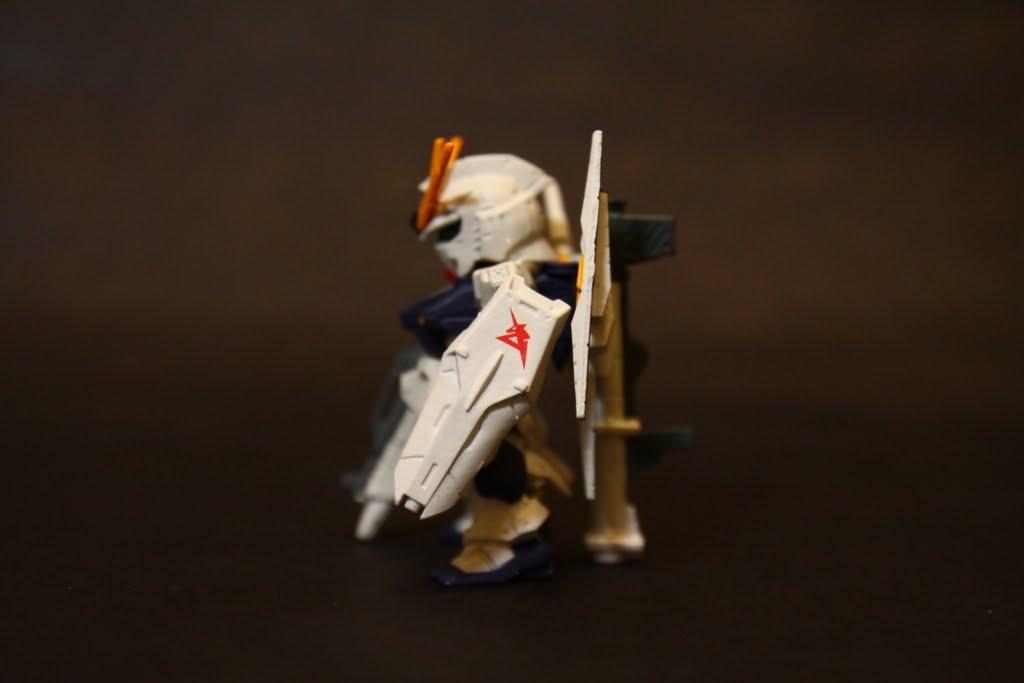大概因為不是總帥, 所以Nu的盾上不用塗聯邦的標誌, 可以依駕駛員喜好塗~ 反正人家是王牌ACE