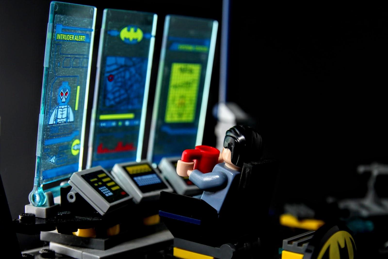 布魯斯看著電腦喝著咖啡