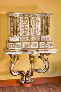 Антикварный кабинет 18-й век. 62/58 см. 30000 евро.