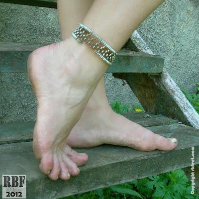 На нашем сайте проводится розыгрыш бесплатного ПРЕМУИМ-ДОСТУПА! Напишите в комментариях, насколько красивы эти босые ноги – и вы можете получить не только премиум-доступ, но и возможность скачивать фотографии из некоторых галерей!