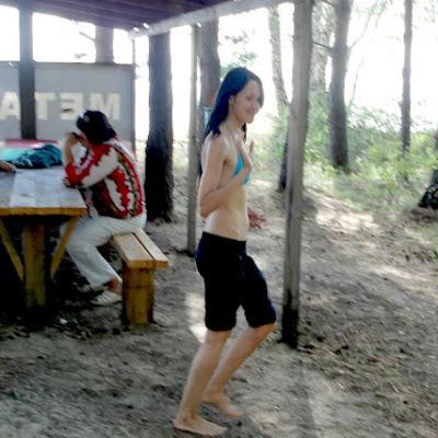 """Несмотря на обилие колючих сосновых шишек в песке, все участники - члены """"Ассоциации"""", ходили по лагерю босиком. На фото - Татьяна Архипова, модель Студии RBF."""