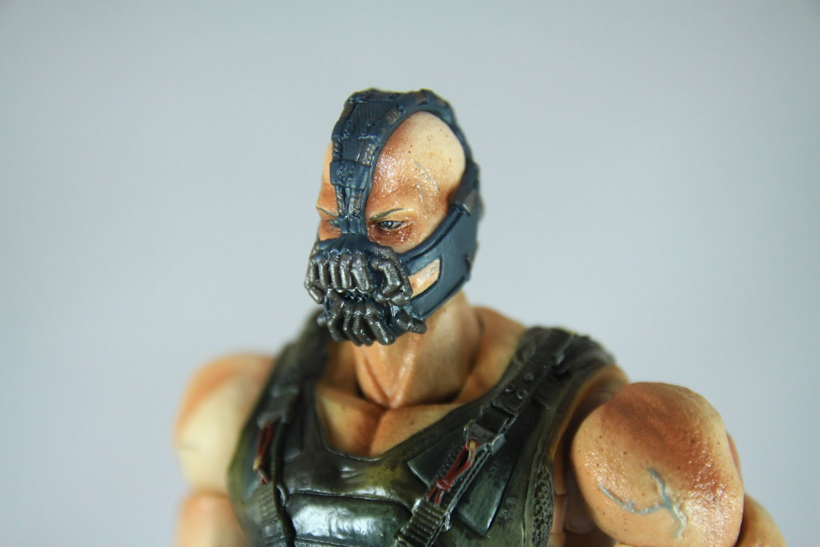 比起前一款蝙蝠俠用腦補可以有演員的感覺 這款Bane似乎比較難有相同效果 不過面具的細節頗細緻的 硬要挑的話 就是兩頰被面具擠出來的肉很不自然 一看就知道跟面具是同一個零件