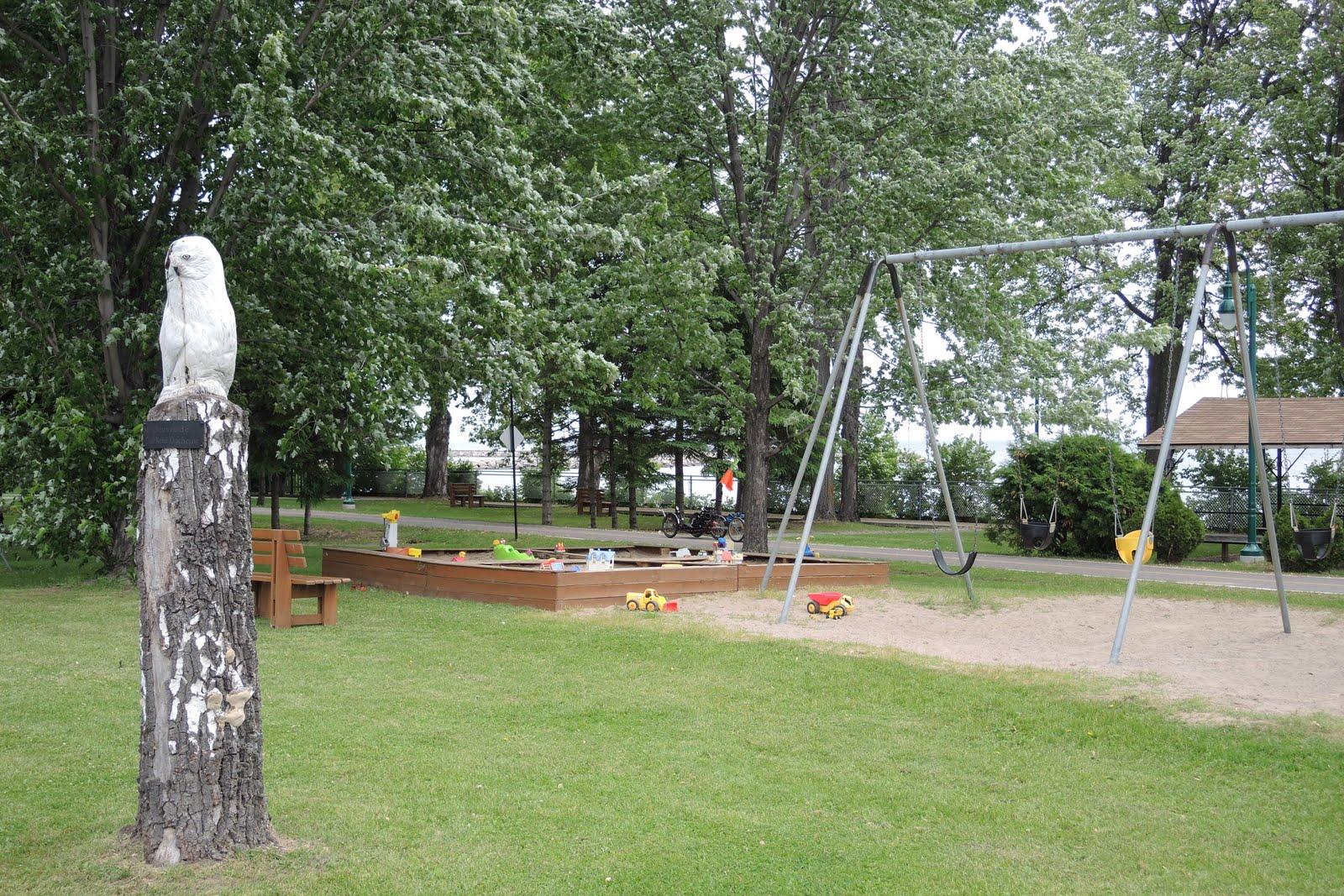 Un parc avec des jeux pour les enfants