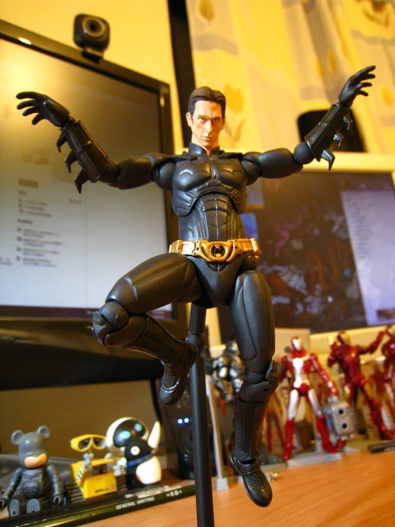 原作中的蝙蝠俠是精通各種武術的, 所以他會用這種大鵬展翅的姿勢也是很合理的