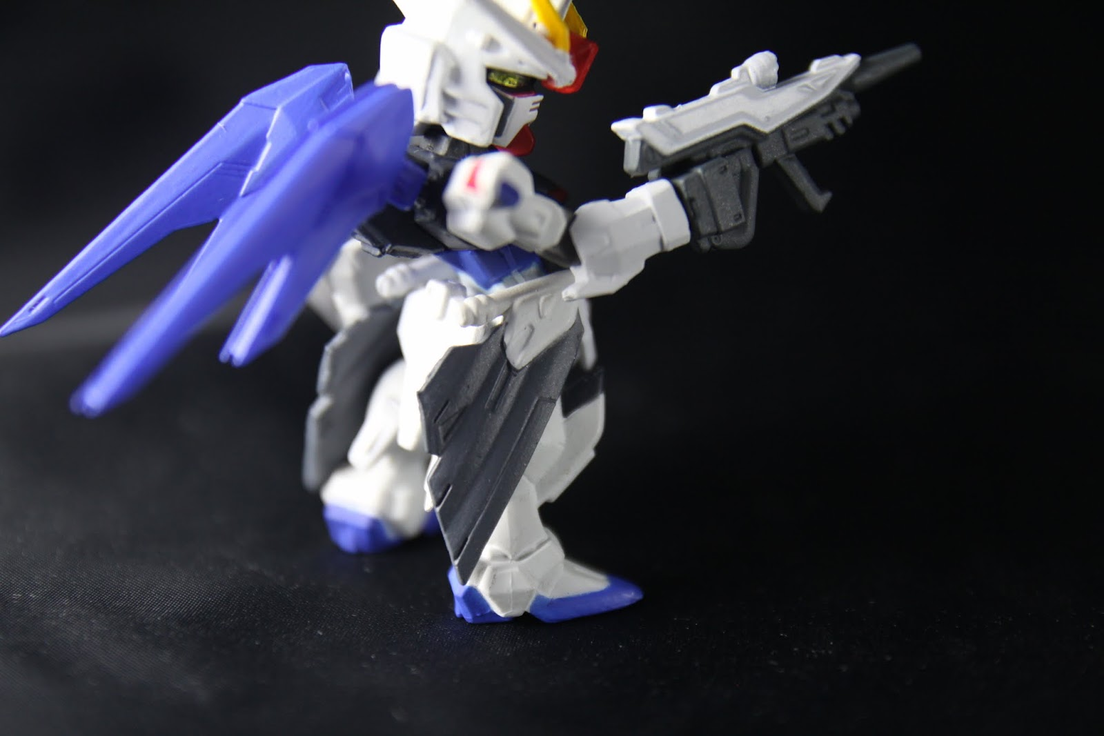 腰間的排翅(誤)造型很不錯 這東西是摺疊的軌道炮 噴出來的東西看起來是光束武器 但實際上竟然是實彈兵器!好驚人!