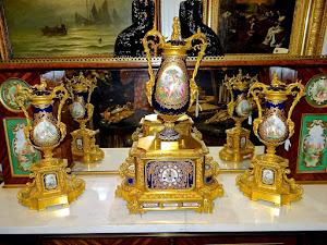 Изумительный часовой гарнитур ок.1850 г. Позолоченная бронза. Расписной Севрский фарфор.