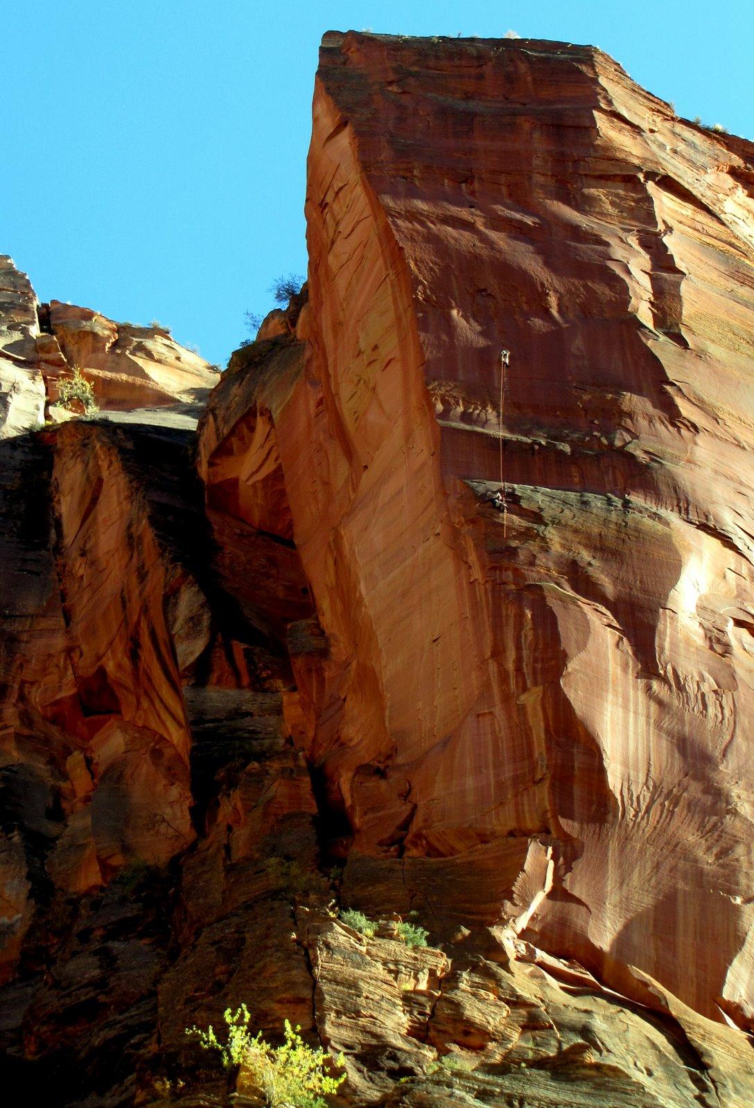 Sziklamászók jobbra középen a vörös sziklán  Climbers on the rock