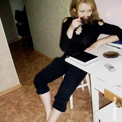 """Придя на кухню, Наташа заглянула в ежедневник. Еще месяц назад в нем появилась запись: """"Узнать, что такое барефутинг и не опасно ли ходить босиком по улице"""". Может быть, сегодня попробовать?"""