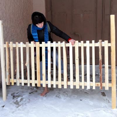 Вот и его двор. А это - деревянная решетка - которая мне пригодится.