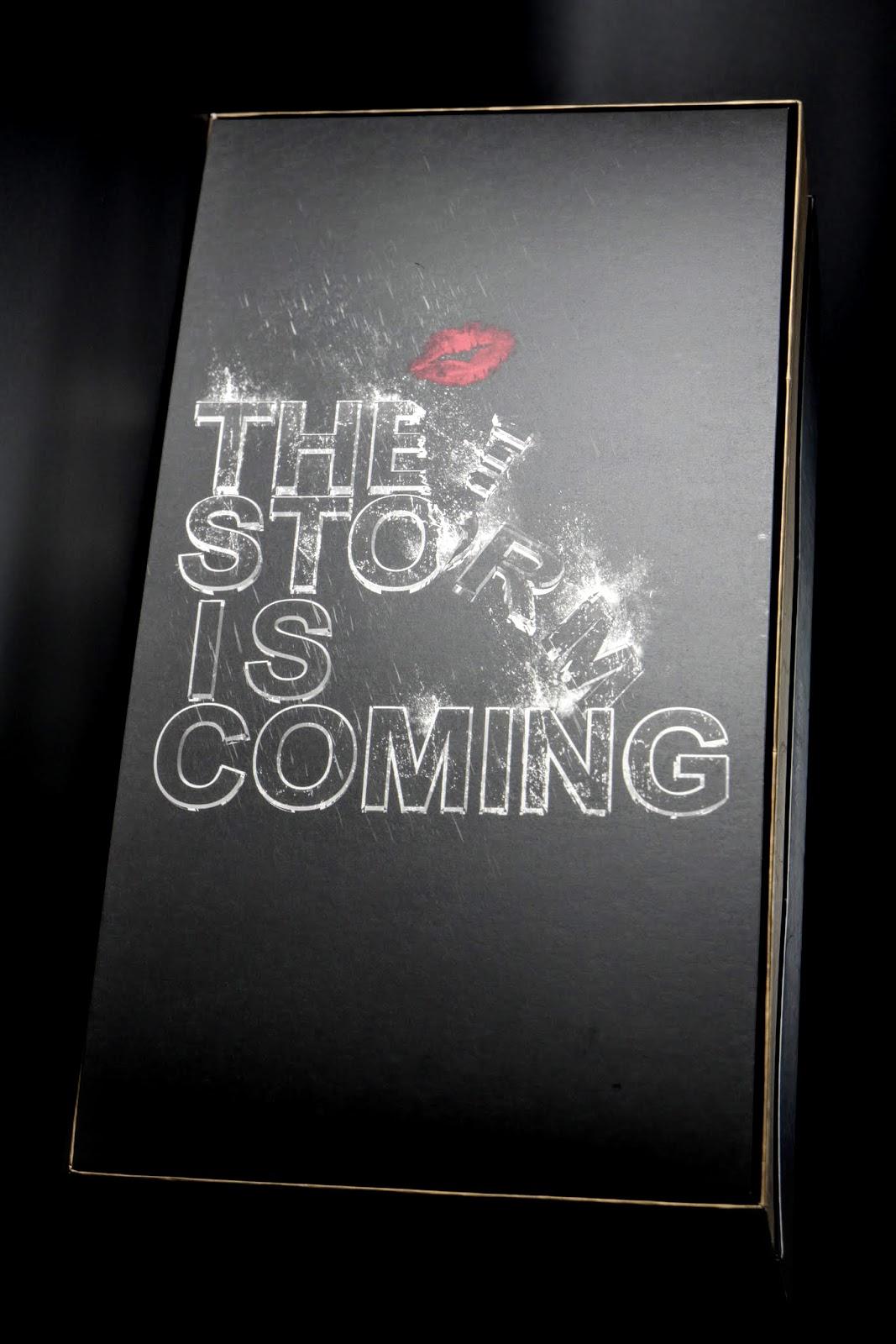 """The Storm Is Coming"",電影裡Selina跟Bruse講的話,還配了個吻"