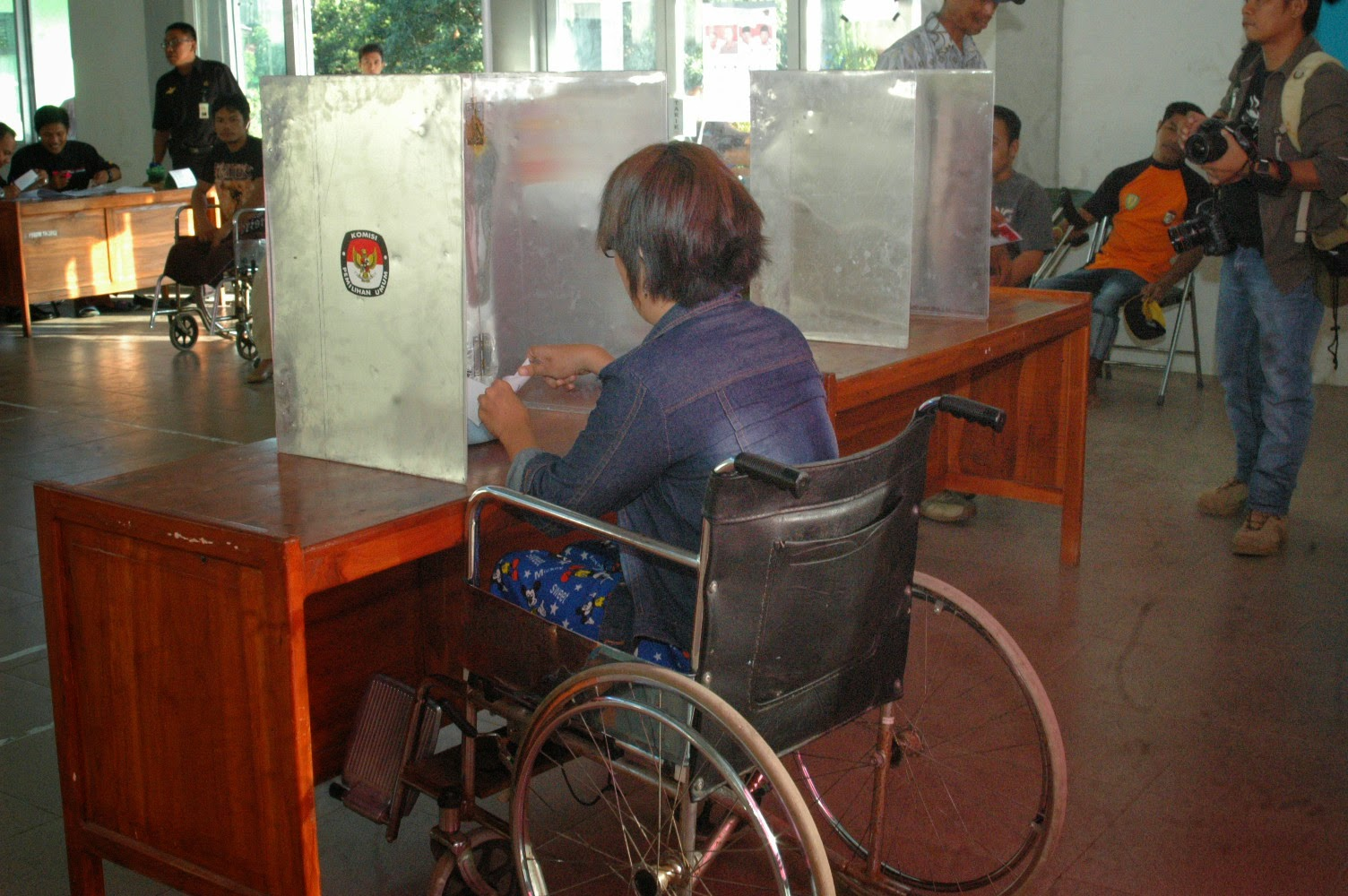 Wheelchair voter is casting her vote in South Sulawesi