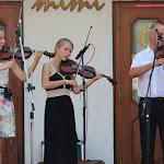 Hideghéty Jenő mellett hegedűn a Csető lányok, Rozália és Júlia játszottak
