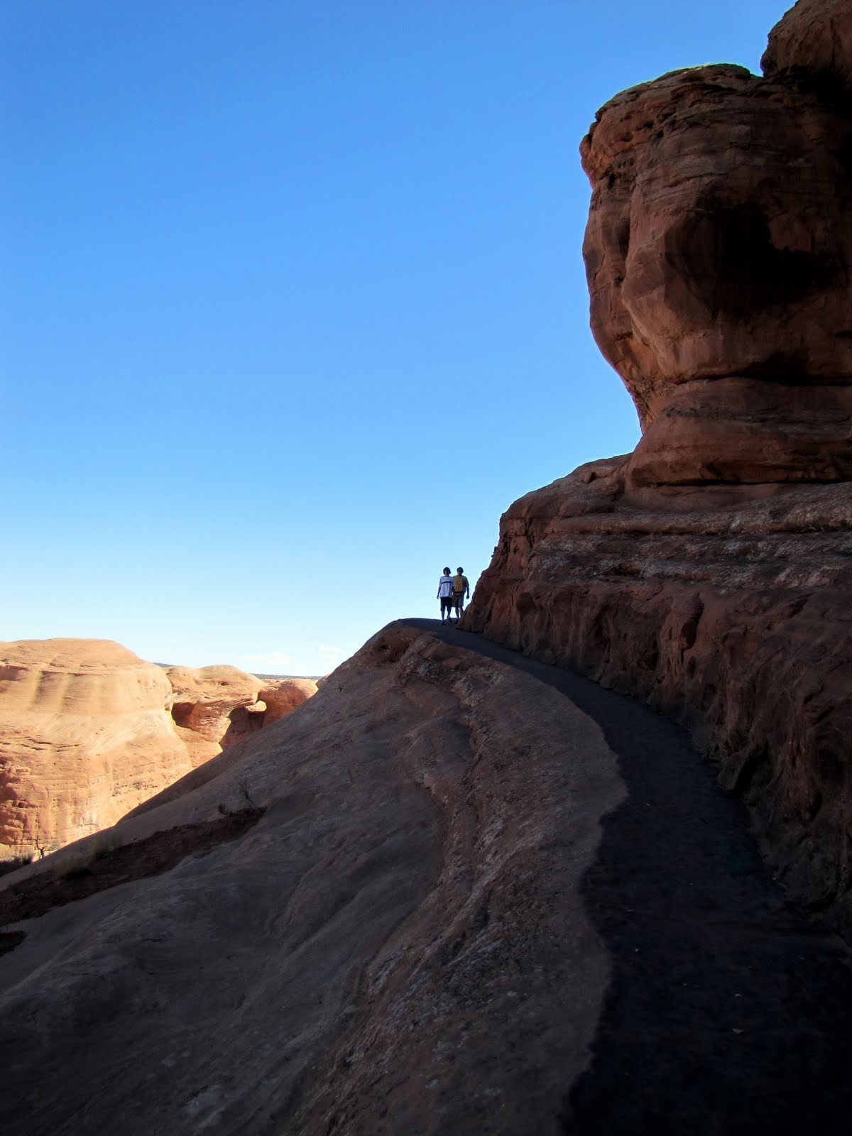 Climbing up to the Delicate Arch, the last curve