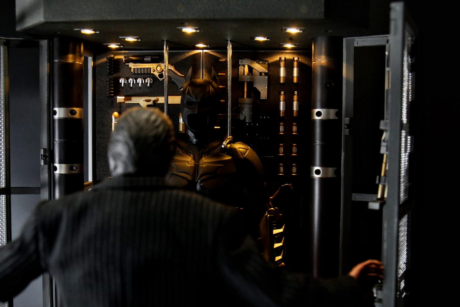 拉開櫃門~看到蝙蝠裝