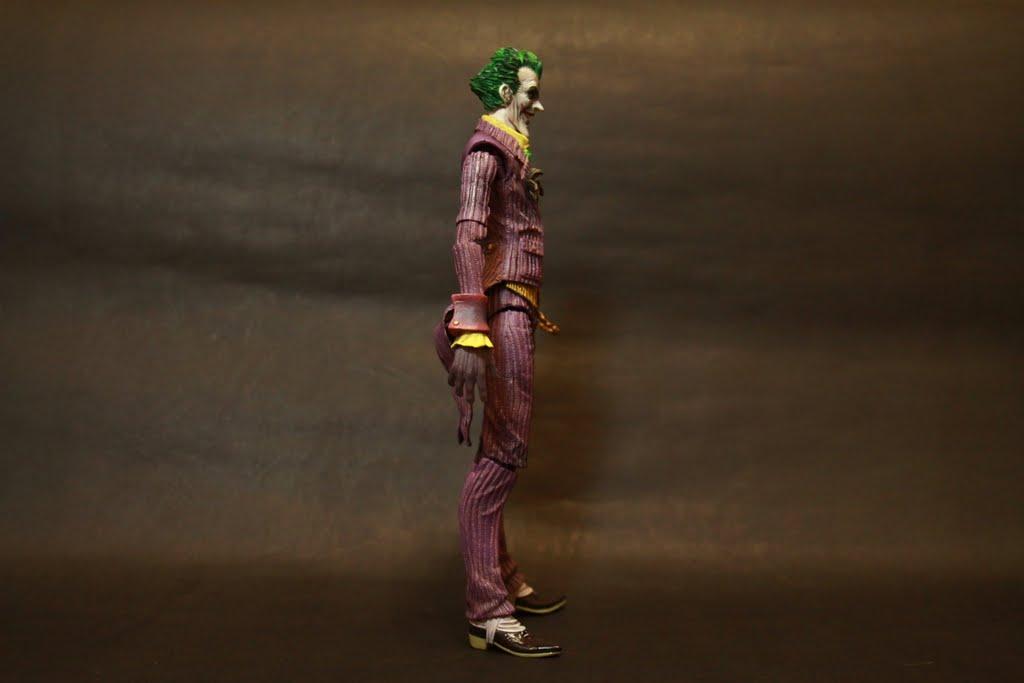 比起蝙蝠俠小丑的身形比較像一般人 但也因為這樣相較起來單薄許多