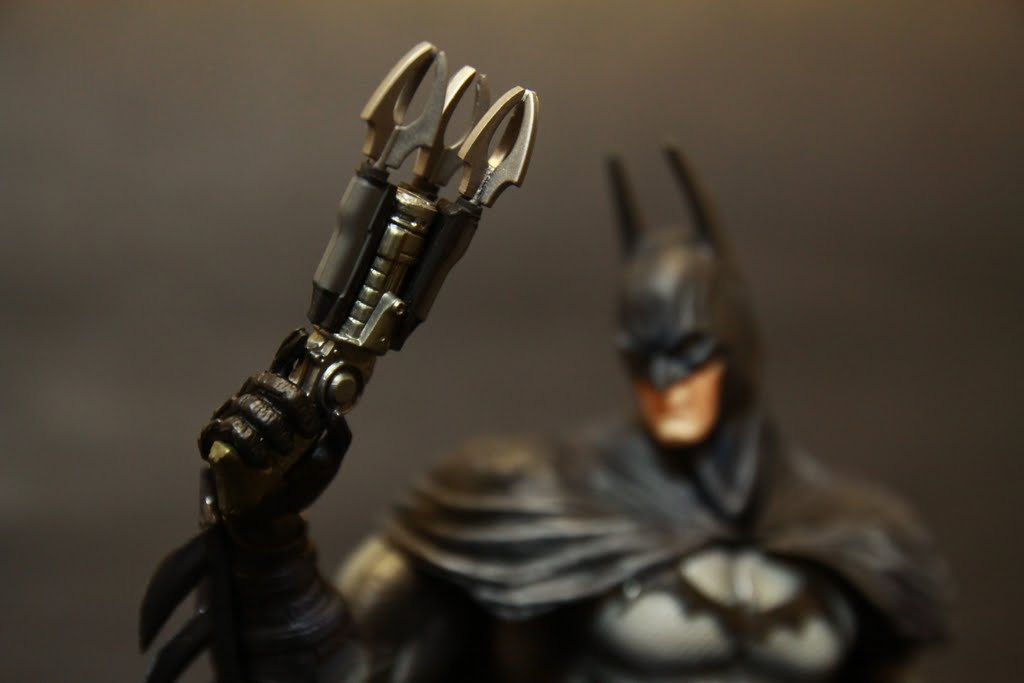 是遊戲後期拿到的三爪鉤繩槍 手首是拿槍專用的