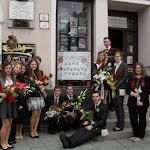 Érettségire készülő diákok a kirakatban és a kirakat előtt