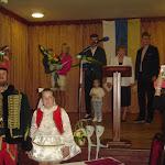 A díjazottak a falu polgármesterével a  kultúrház színpadán.