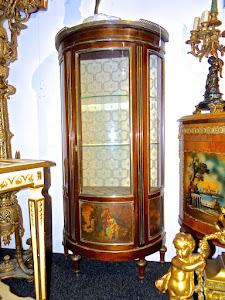 Красивая антикварная витрина полукруглой формы. 19-й век. Одна дверка, бронзовый декор, три вставки с ручной росписью.