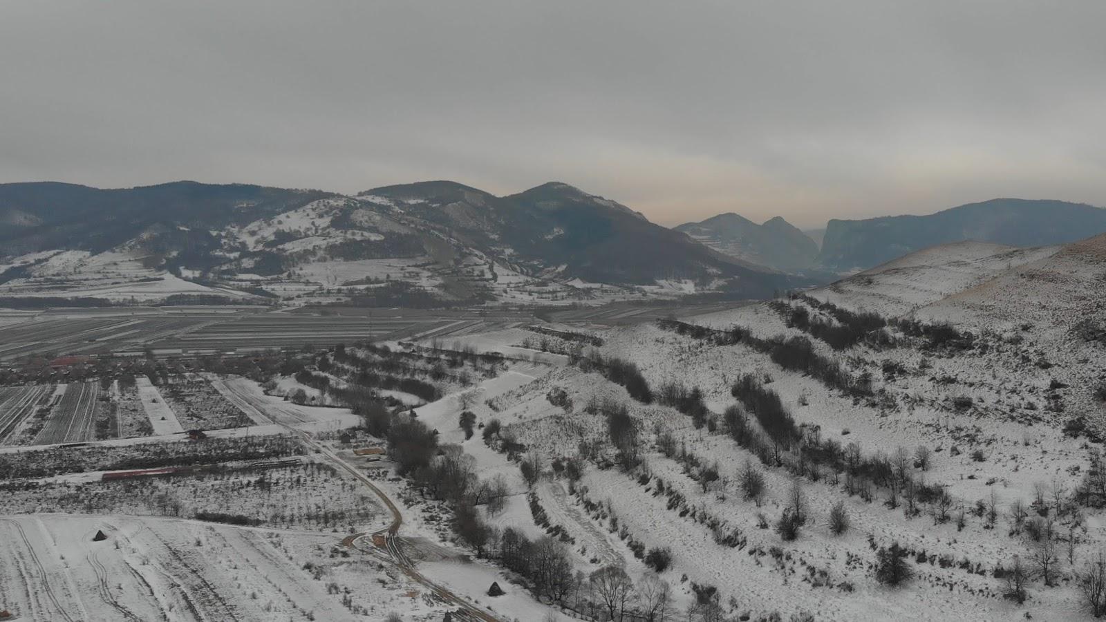 Vedere de la Cetatea Colțești spre Cheile Vălișoarei