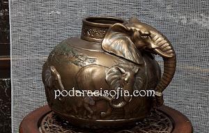 Нетрадиционна ваза - слон. Интересен аксесоар за дома и подарък с положително послание.