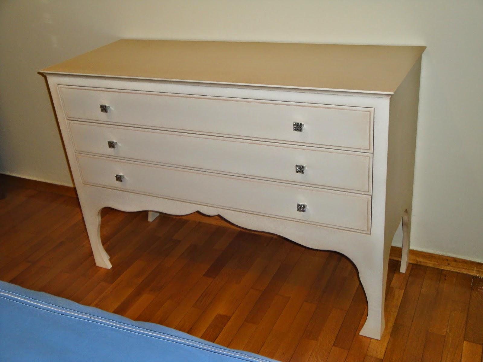 (Κωδ: 1016) Έπιπλο-συρταριέρα για κρεβατοκάμαρα με βαφή πατίνα και ρομαντικό ύφος.