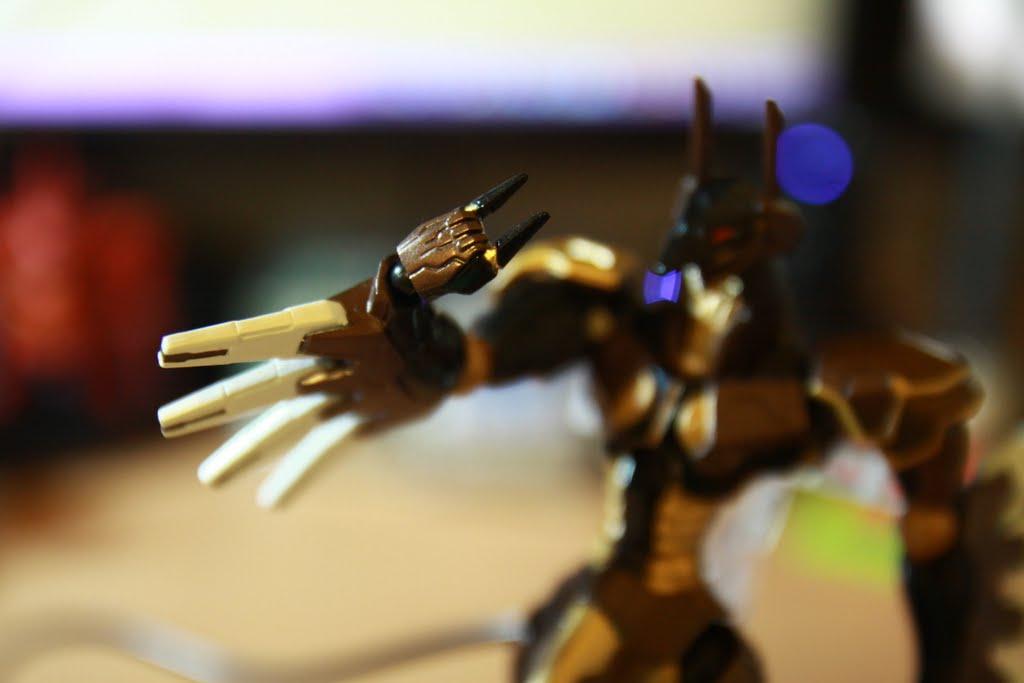 當初玩遊戲的時候我就很納悶它的手到底怎麼拿武器? 因為沒有手指、 沒有關節, 結果~就直接可以拿起來就對了! 手臂的那四片很有意思, 雖然我也不知道幹嘛用的, 可是有種寬口袖的感覺