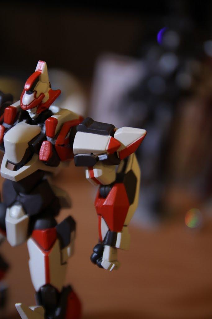 基本上外型大概跟前機ARX-7多處相似 像這肩甲 ARX-7開啟λ-Driver時會打開作為…散熱?! 但我不知道ARX-8是不是一樣 可以知道的是本款肩甲不能開啟 也沒有替換零件