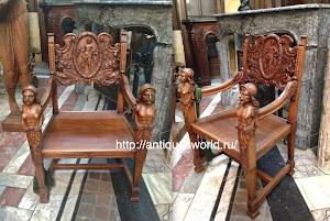 Кресло с резными подлокотниками XIX век. 72/65/105 см. 2900 евро.