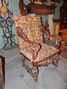 Антикварное кресло с резными подлоконтиками.  XIX век.