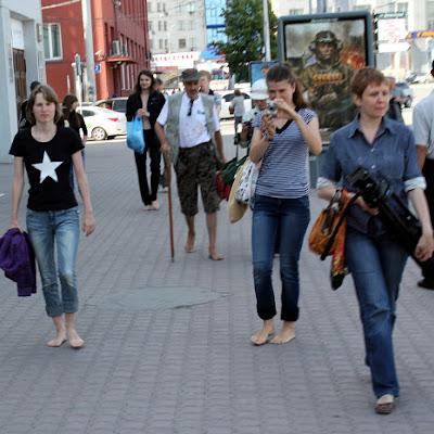 Крайняя слева - Дарья Линдеманн, босоногая школьница.