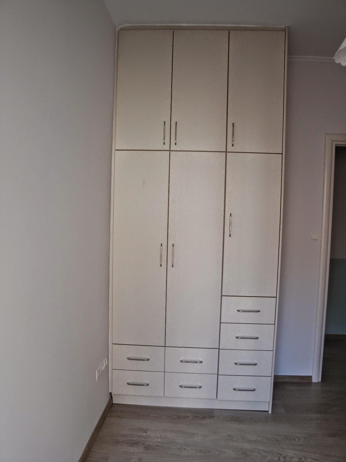 (Κωδ 4016) Ντουλάπα από βακελίτη για μικρό δωμάτιο.