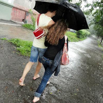 Босиком под дождём - романтика.