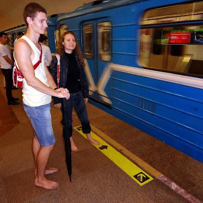 Босиком в метро.