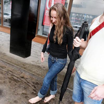 Анна не упускает случая походить босиком по грязи.