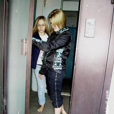 """Перед выходом из подъезда Наташа ее спросила: """"Точно идешь?"""". Катя закусила губу и упрямо толкнула дверь. Она давно хотела экстремального приключения - вот оно! Интересно, что скажет мама, если узнает?"""