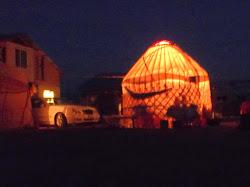 Jedna jurta u noći, osvetljena iznutra