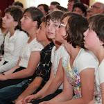 A gyermekotthon lakói koncert közben