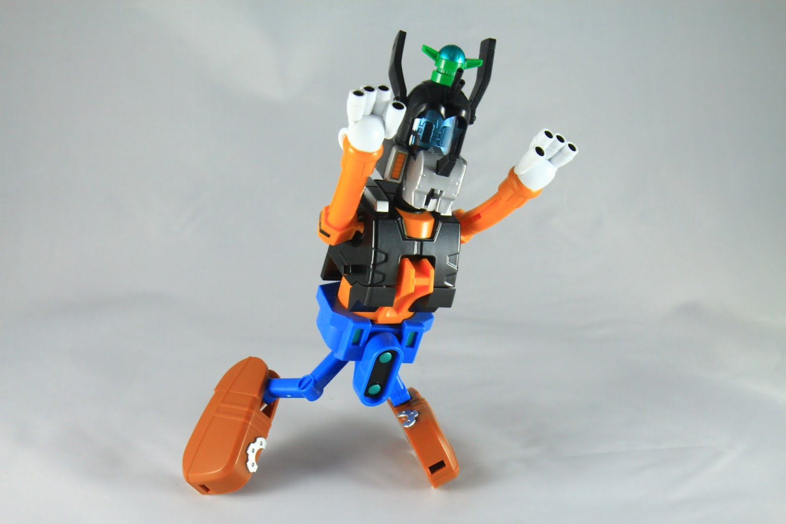 但嚴格說起來高飛卻是全組裡可動性算最高的 只差那個腳很奇怪又內八 耳朵可以動喔~ 手指大概是砲吧 手指砲八連射!