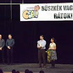 Bárdos Gábor, Somorja polgármestere gratulál a Csali Gyermek Néptáncegyüttes vezetőinek