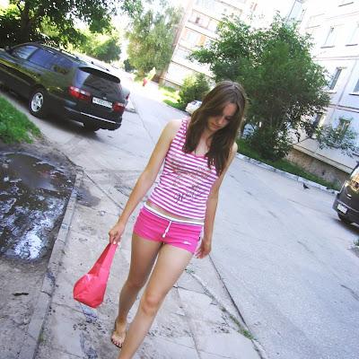 """Вера - снималась, будучи школьницей. Отважная девушка, не боявшаяся пачкать свои прекрасные босые ноги ни в чем!   Вера: """"Моя мама внимательно просмотрела весь сайт. Ну, и провела со мной беседу. Я теперь точно знаю, что такое ФФ; но она сказала - доча, если ты будешь ценить красоту своего тела, то это только прибавит тебе самооценки. Хотя я вот считала, что у меня чересчур костлявые и худые ступни..."""""""