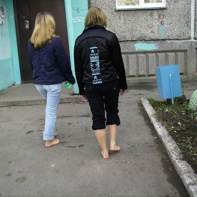 В поисках бутылок они подошли к первой урне. Катя про себя подумала, что две босые девчонки, шарящиеся по урнам, производят, конечно, странное впечатление...