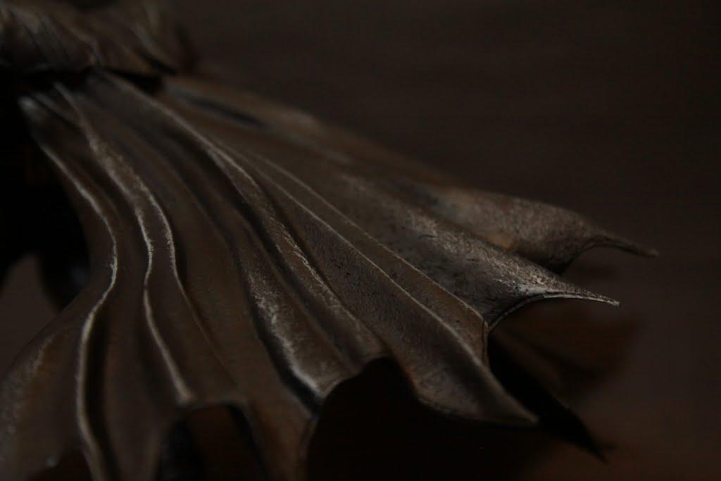 披風的皮革感 還有些許破損的紋路