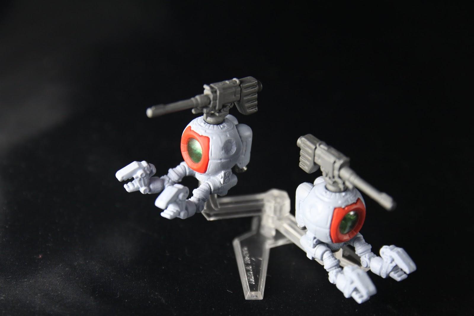 """定位是中距砲擊支援機 所以主武裝就是頭上那挺砲 不過在""""MS08小隊""""這部裡 主角有展示出了鋼球也可以近戰的能力 但這是取決駕駛的技術跟運氣"""